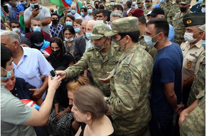 Zakir Həsənov şəhid generalın tabutunu daşıdı – FOTO